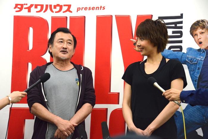 取材に応じる吉田鋼太郎と柚希礼音