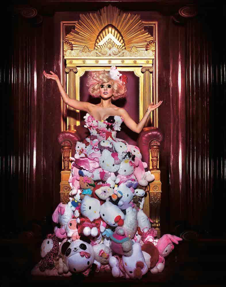 レディー・ガガ ※ドレスは実際のものを再現した展示となります。 (C) 2021 SANRIO CO., LTD. APPROVAL NO. SP610376