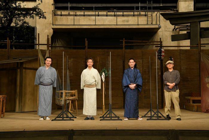 (右より)串田和美、中村勘九郎、中村七之助、尾上松也。会見はコクーンの舞台で。
