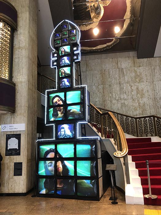 会場ロビーには、ナム・ジュン・パイクのビデオアート作品が展示されている