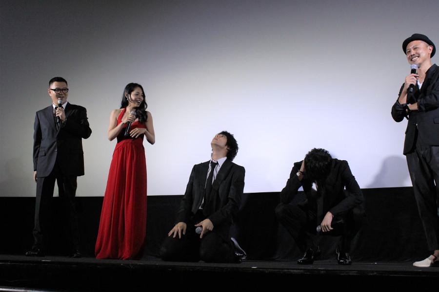 映画『闇金ドッグス6』 左から、長谷川忍、西原亜希、山田裕貴、青木玄徳、元木隆史監督