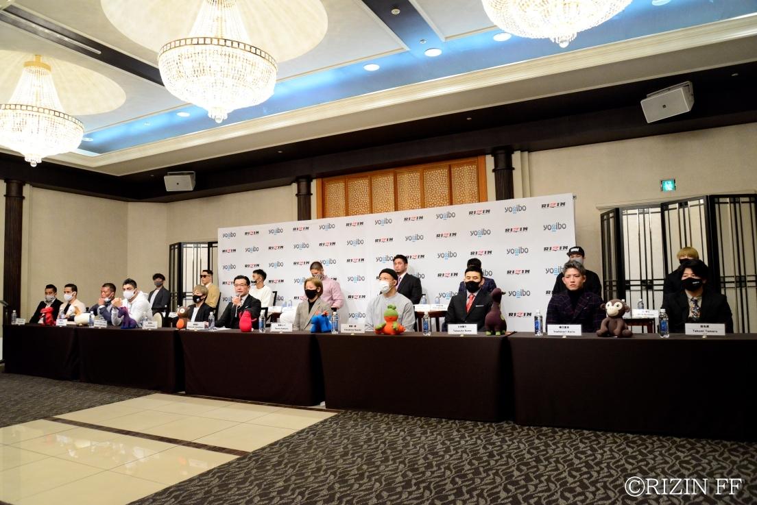 会見には榊原信行CEOと浜崎朱加、浅倉カンナ、ホベルト・サトシ・ソウザ、徳留一樹ら17名のファイターが登壇した
