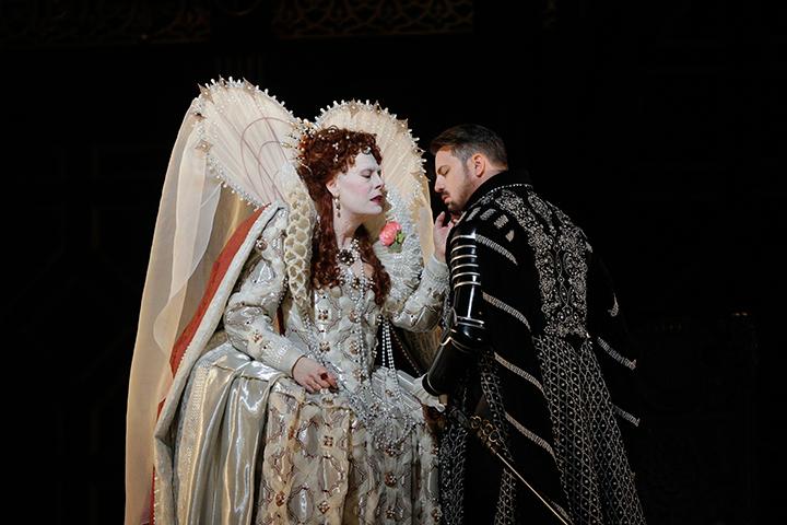 《ロベルト・デヴェリュー》(C)Ken-Howard/Metropolitan-Opera