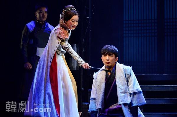真聖女王(チョン・ヨン)はサダム(ユン・ナム)にヨルのもとから去るよう命じる