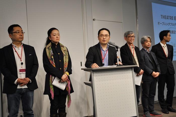 4月8日に行われた[THEATRE E9 KYOTO]開館日&プログラム発表の会見。登壇しているのがあごう。