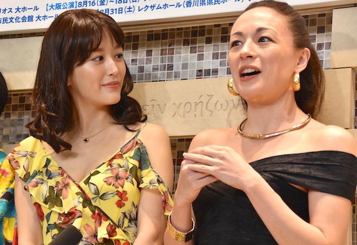 花乃まりあ、シルビア・グラブ(左から)