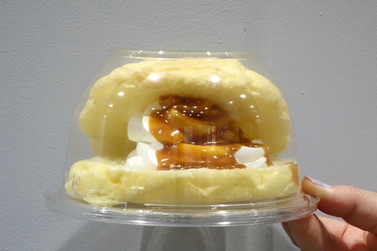 ホイップクリームとキャラメル味のメロンパン「深夜のおやつジャンキー」