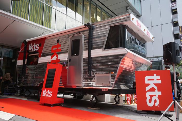 渋谷ヒカリエ1階に出現した現金輸送車風のTKTS店舗