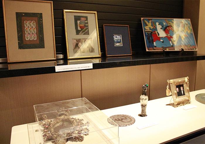 会場に飾られたベジャール縁の品々 撮影:西原朋未