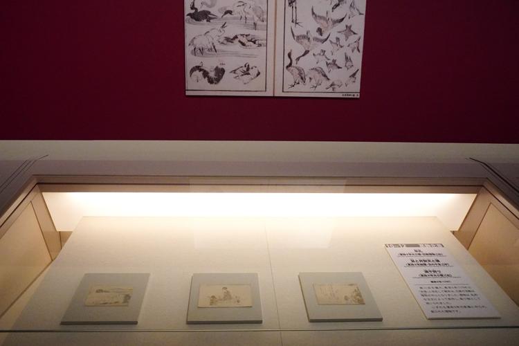左より:《年礼(寛政9年大小暦・狂歌摺物)》寛政9年(1797年)、《鼠と弁天と猿(寛政9年絵暦・日の干支)》寛政9年(1797年)、 《潮干狩り寛政9年大小暦)》寛政9年(1797年) いずれも葛飾北斎 画 東京都江戸東京博物館蔵