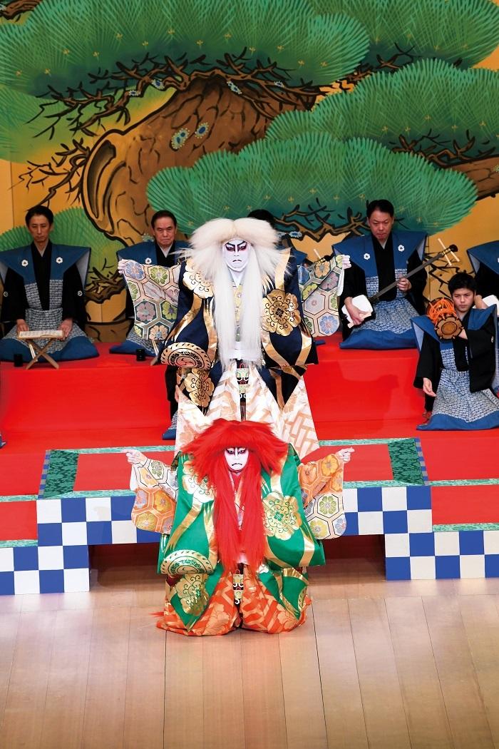 2020年1月歌舞伎座_澤瀉十種の内『連獅子』_狂言師右近後に親獅子の精=市川猿之助、狂言師左近後に仔獅子の精=市川團子 (C)松竹