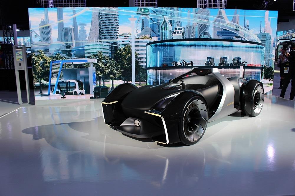 「AOMI EXHIBITON」の近未来の街をイメージしたトヨタのブースとコンセプトカー