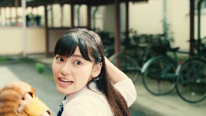 『八月のシンデレラナイン』全力少女シリーズ新CMが放送開始!制服姿の池田朱那がキャッチボールの腕前を披露