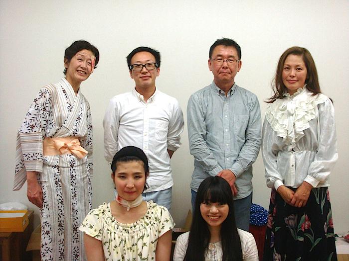 前列左から・藤島えり子、藤崎アンジェ 後列左から・金原祐三子、演出家の森秋音、プロデューサーの加藤智宏、長縄都至子