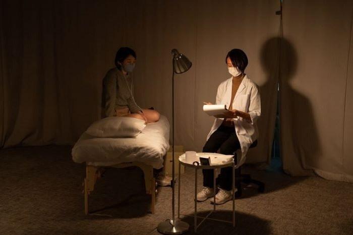 百瀬文『鍼を打つ』 © Theater Commons Tokyo '21 / Photo by Shun Sato