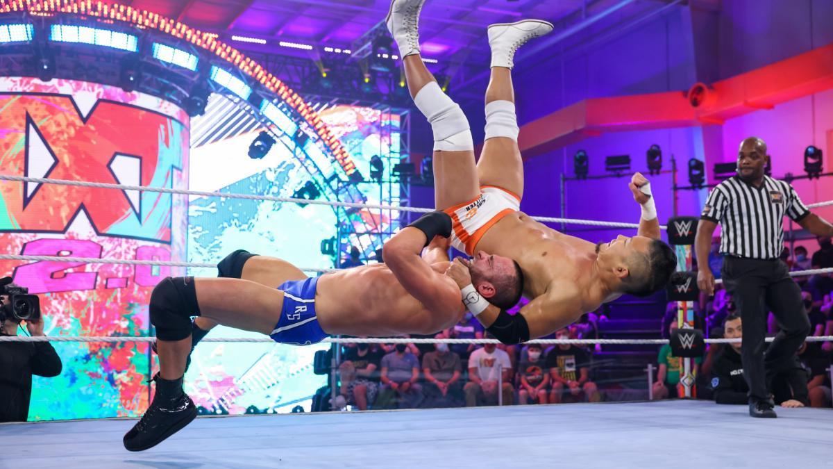 ストロング(左)にバックドロップを喰らうKUSHIDA (c)2021 WWE, Inc. All Rights Reserved