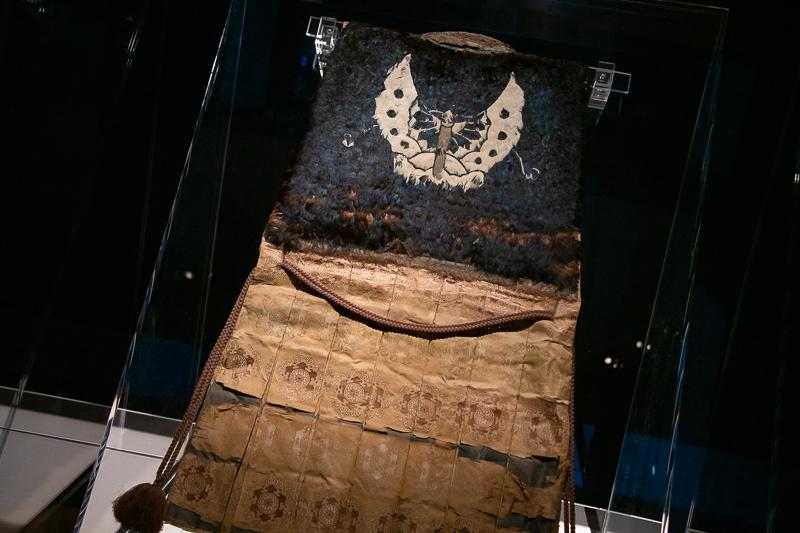 《陣羽織 黒鳥毛揚羽蝶模様 織田信長所用》東京国立博物館