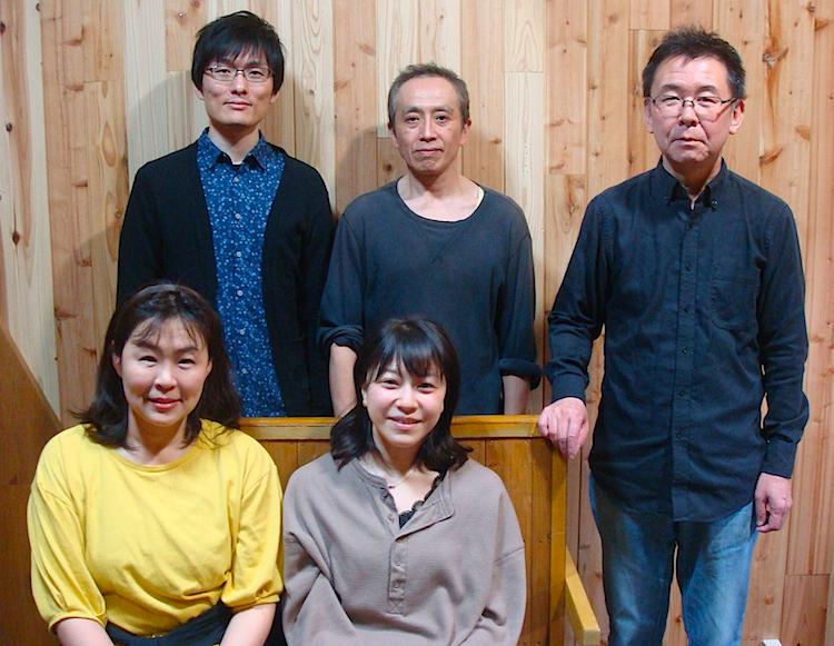 perky pat presents『いとこ同志』の出演者と演出家。前列左から・川村ミチル、早川綾子 後列左から・古場ペンチ、いちじくじゅん、演出家でプロデューサーの加藤智宏