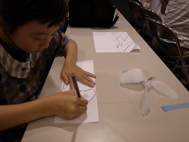 型紙を丁寧に写している参加者