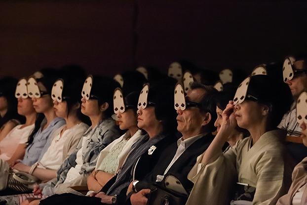 来場者は能面型の特殊眼鏡を着用