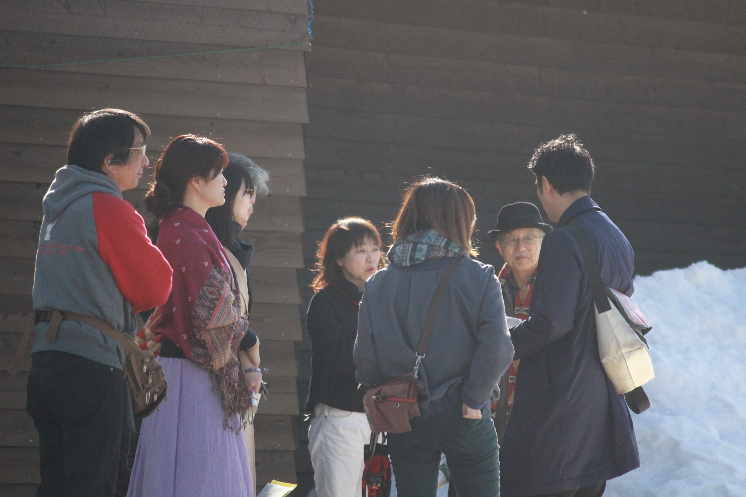 地域の方と会場についてミーティングする串田