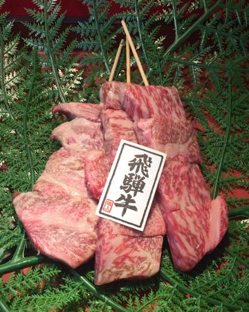飛騨牛ステーキ串 1,300円(小池コーポレーション)…霜降りのA5等級飛騨牛を門外不出秘伝のタレで焼き上げたステーキ串