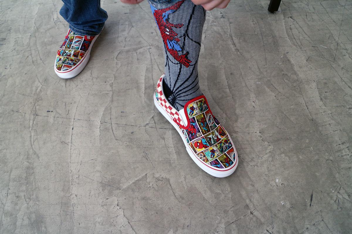 ジェームズの足元は靴下も含めてスパイダーマン尽くしだった! 撮影:梅田勝司