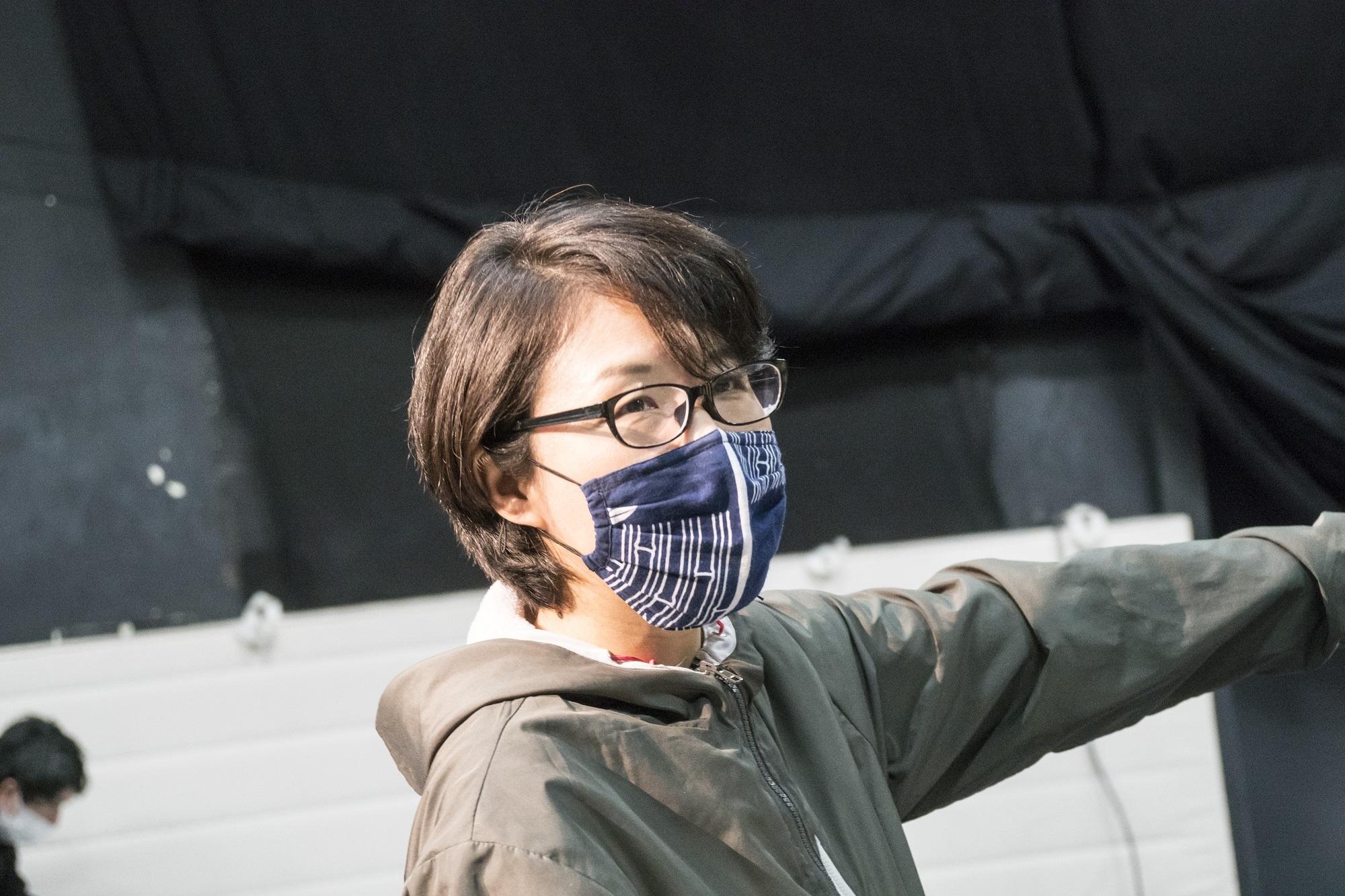 演劇集団円『光射ス森』、劇作・演出を手がける内藤裕子。 撮影/森田貢造