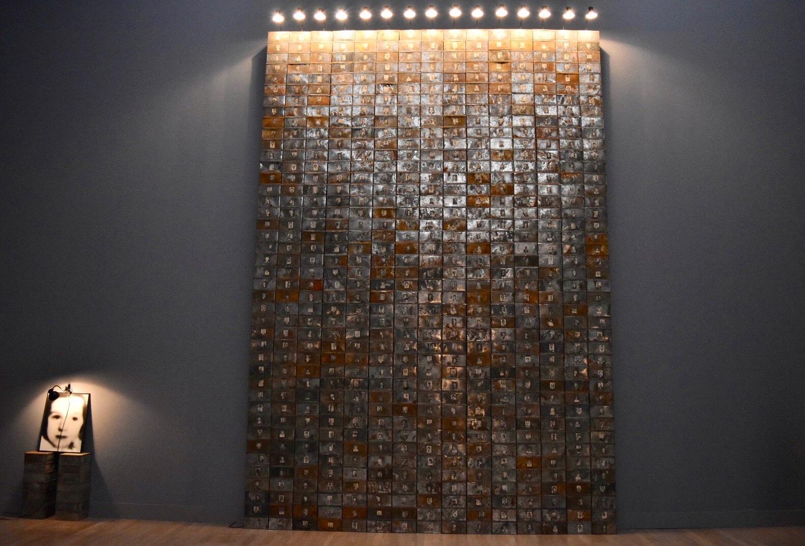 《死んだスイス人の資料》 1990年 「クリスチャン・ボルタンスキー −Lifetime」展 2019年 国立新美術館展示風景