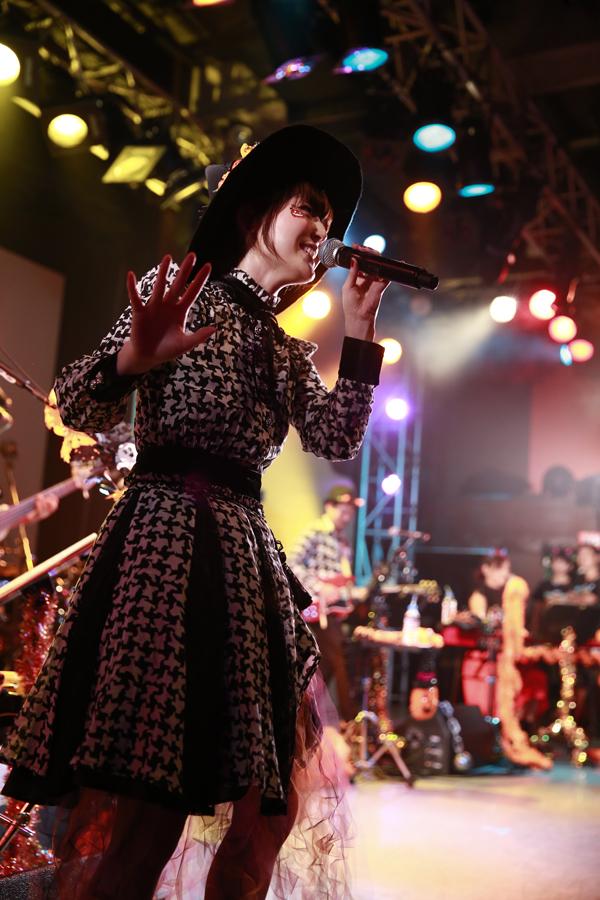花澤香菜がハロウィンスペシャルライブを開催 作曲を秦基博が担当した新曲「ざらざら」初披露