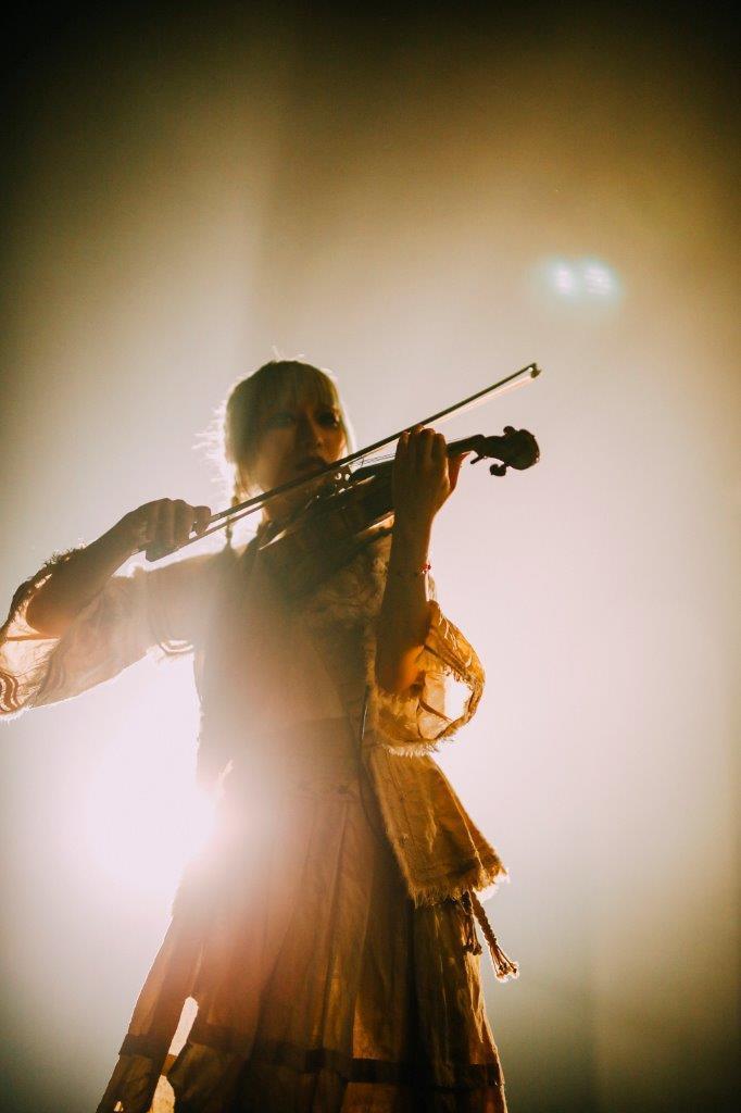 琴羽しらす(violin) 撮影=西槇太一