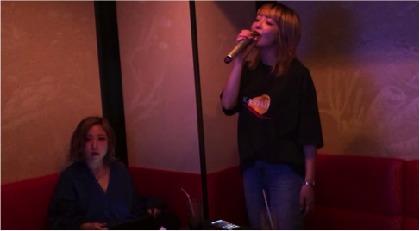 アイナ・ジ・エンド(BiSH)は白い部屋で、yonigeはピスタチオを食べてクリープハイプをカバー『クリープハイプのすべ展』動画を公開