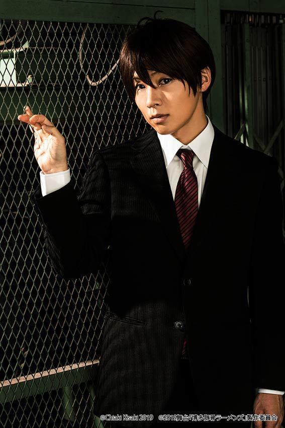 斉藤役:安達勇人 (C)Chiaki Kisaki2019 (C)2019 舞台「博多豚⾻ラーメンズ」製作委員会