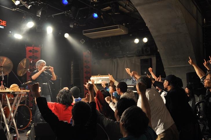 終演後に記念撮影をする金属恵比須メンバーたち&オーディエンス。 (撮影:吉永美和子)