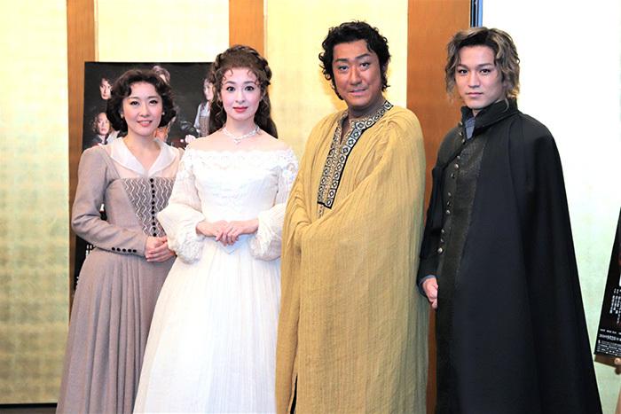(左から)前田亜季、檀れい、中村芝翫、神山智洋