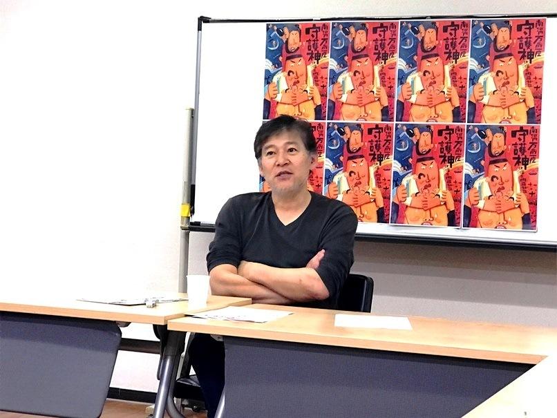 記者たちの質問に答える内藤裕敬(南河内万歳一座)。 [撮影]吉永美和子