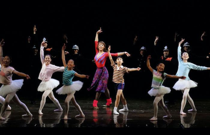 『ビリー・エリオット』舞台写真。中央左:柚希礼音、中央右:渡部出日寿(撮影:田中亜紀)