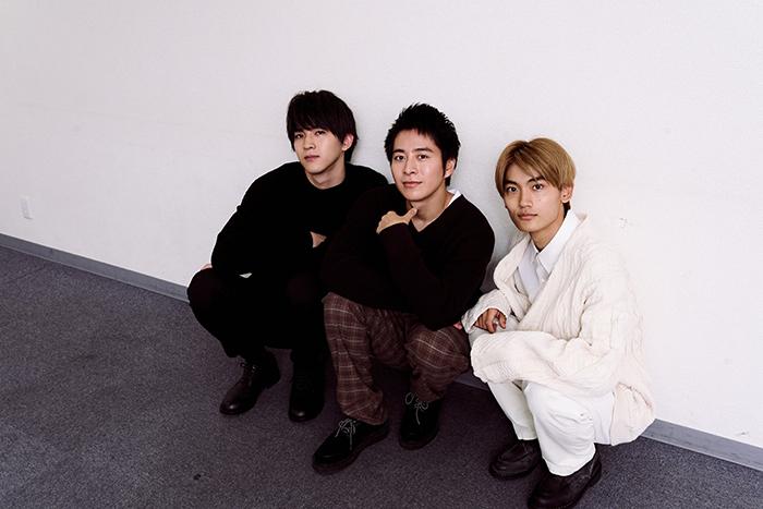 (左から)甲斐翔真、村井良大、髙橋颯