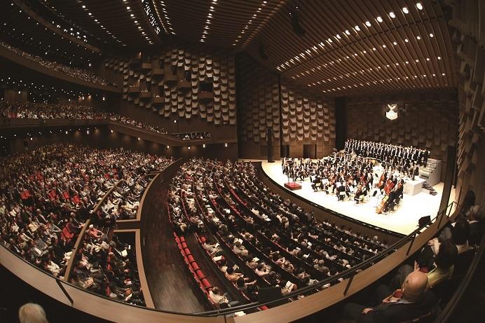 こけら落とし公演はイタリアの名門オペラハウス、フェニーチェ歌劇場。