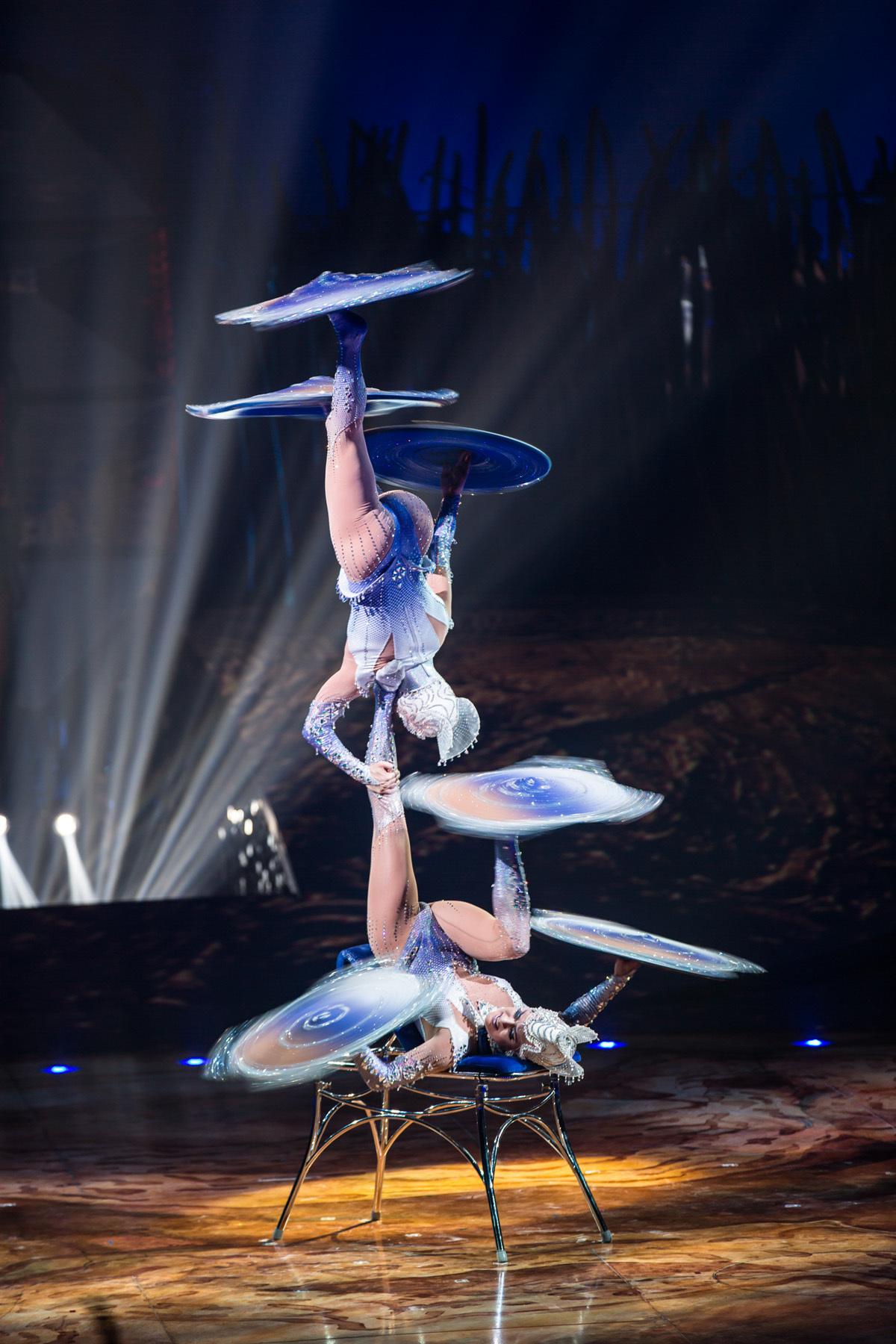 フット・ジャグリング(クリスタル・レディース) 3 FOOT JUGGLING(CRYSTAL LADIES) Photo: Matt Beard Costumes: Kym Barrett © 2014 Cirque du Soleil