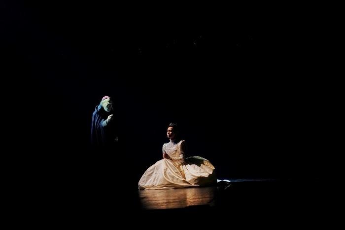 左から:青山達三 長谷川京子 世田谷パブリックシアター『メアリ・スチュアート』 撮影:細野 晋司