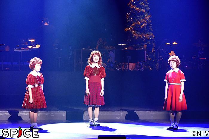「メイビー」を歌う3人のアニー。それぞれのアニー服が可愛い!