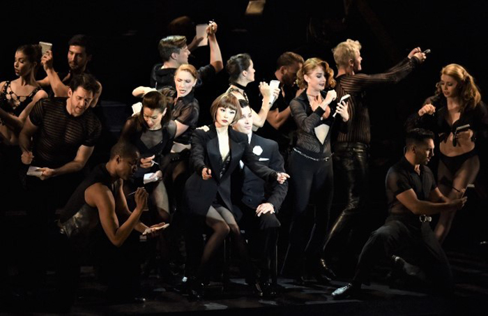 『シカゴ』でヴォードヴィル・スタイルのナンバーを披露する、主演の米倉涼子(中央)とキャスト  (©CHICAGO 2019ブロードウェイ公演)
