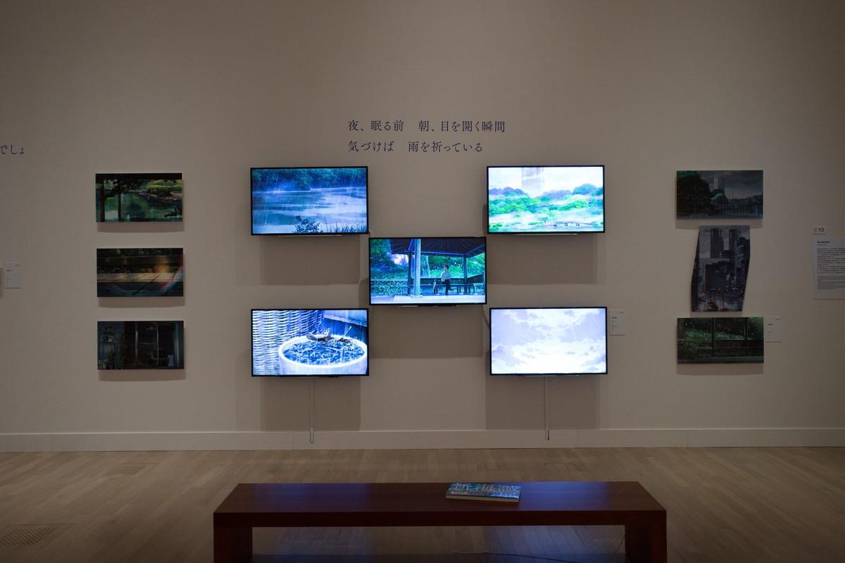 『言の葉の庭』映像も効果的に展示 見るものを世界に引き込んだ雨の表現