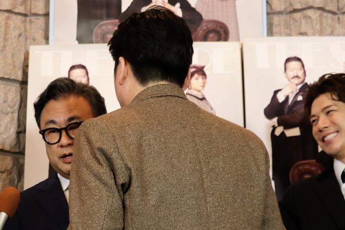 佐藤さん、三谷さんに詰め寄ります。その様子を見て笑う柿澤さんにもご注目!