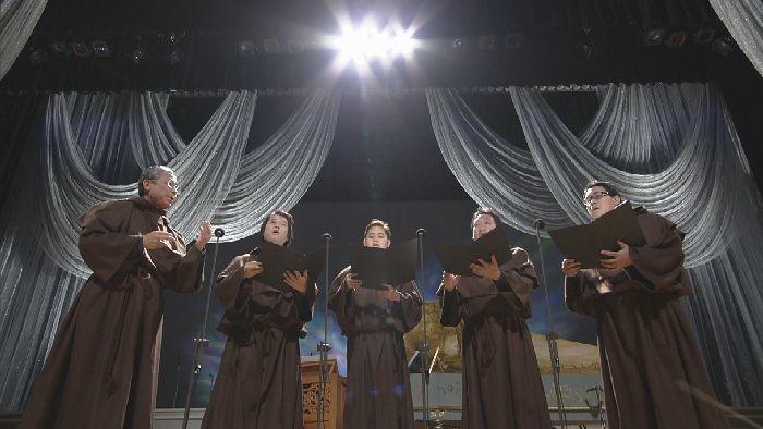 花井(左)の指揮で、グレゴリオ聖歌を歌う