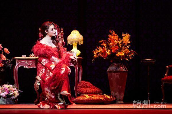 ゴージャスなドレスやワンピースなど、次々と変わる深紅の衣装は見どころのひとつ