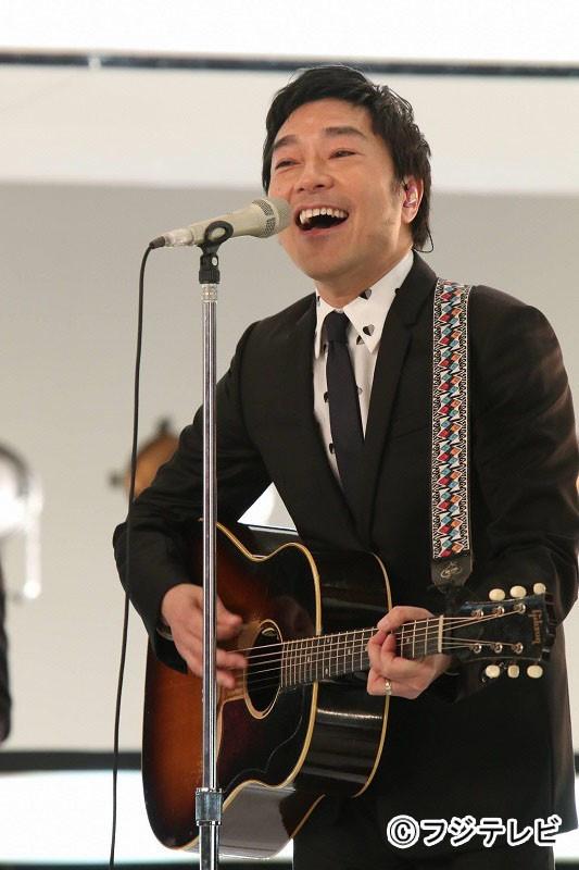 「SMAP×SMAP」で歌うトータス松本。