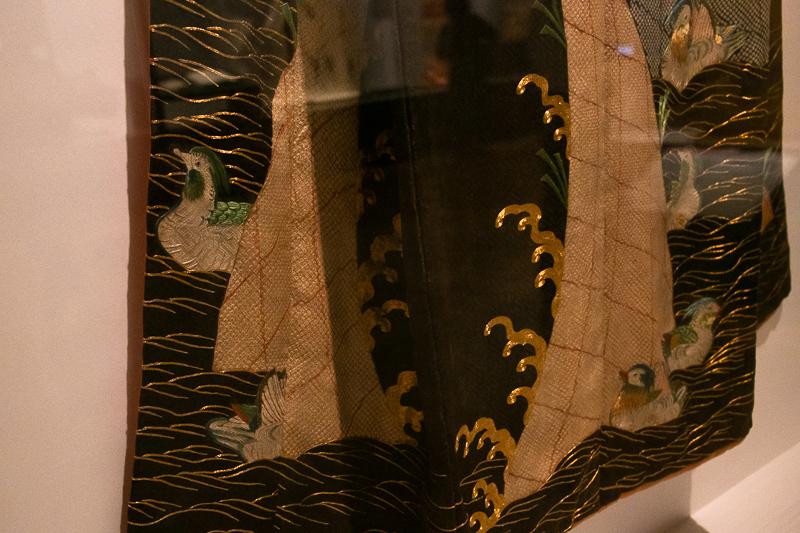 重要文化財《小袖 黒綸子地波鴛鴦模様(部分)》東京国立博物館