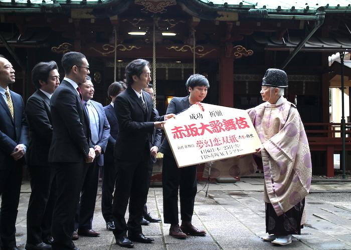 公演成功を祈願した絵馬を宮司に渡す、蓬莱竜太(前列右から二番目)、中村七之助(前列左から二番目)、中村勘九郎(前列左端)ら